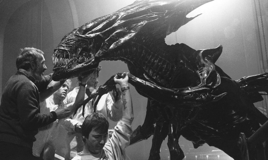 ALIENS Alien Queen full-size puppet comes to life | Stan Winston
